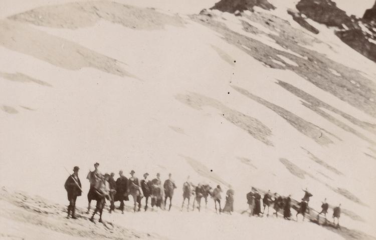 Carl Schröter, Professor für Botanik an der ETH, hielt sich zwischen 1890 und 1928 regelmässig mit Studierenden im Avers auf und prägte wie andere Naturforscher im Avers massgebend das Bild des Tals.