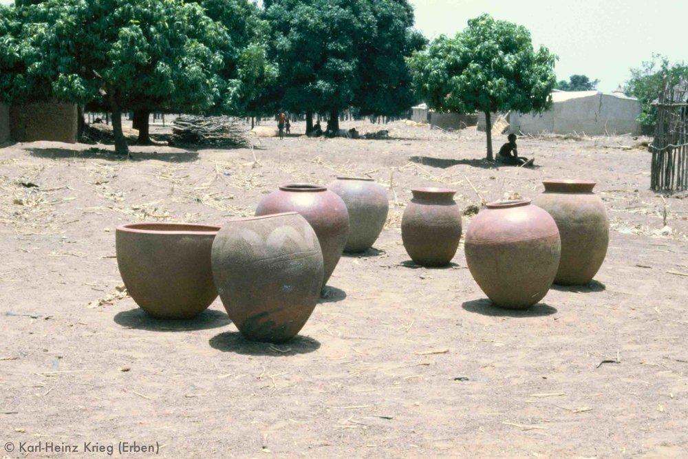Töpfe einer Senufo-Frau für den Verkauf. Foto: Karl-Heinz Krieg, Niankorodougou (Region von Sindou, Burkina Faso) 1980