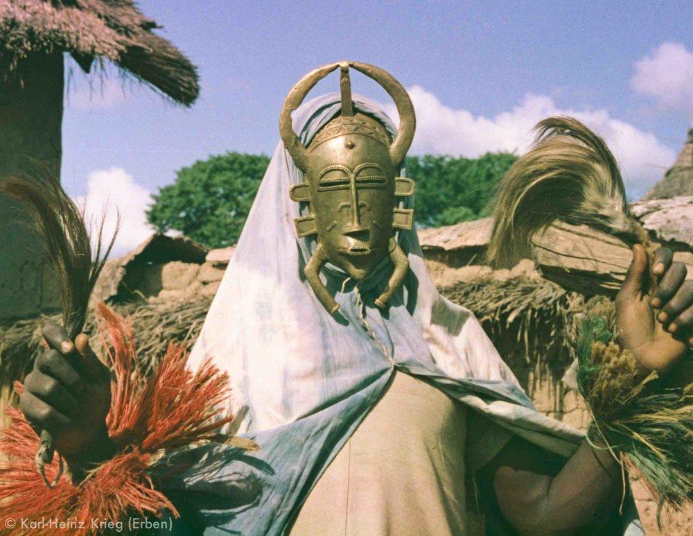 Maskentänzer mit Bronzemaske gegossen von Zana Ouattara aus Landiougou. Foto: Karl-Heinz Krieg, Ouazomon (Region von Boundiali, Côte d'Ivoire), 1977