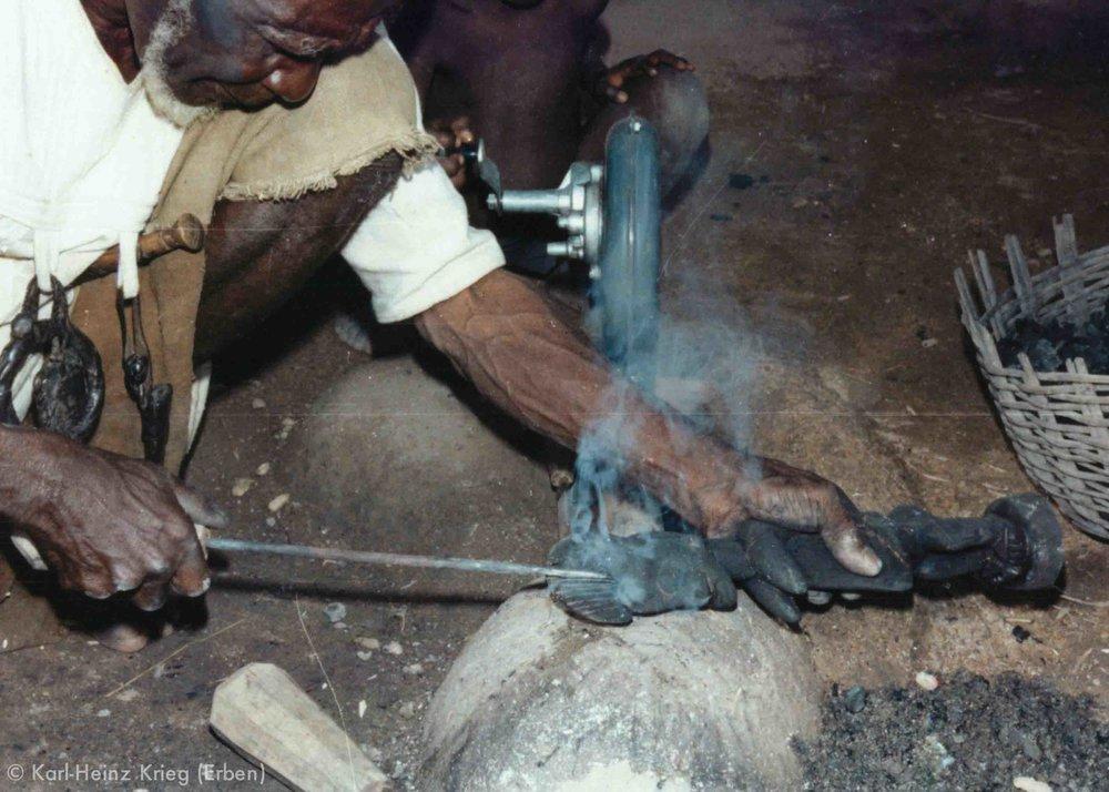 Tinnin Fané pyro-engraves the body markings with hot iron rods. Photo: Karl-Heinz Krieg, Fakola (Mali), 1981