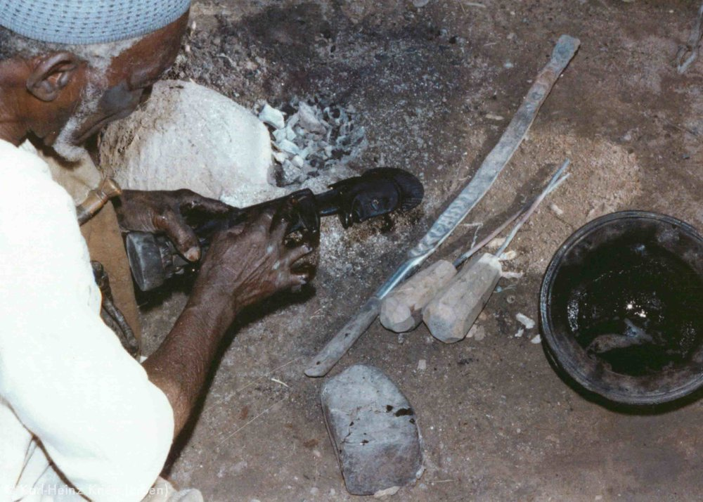 Tinnin Fané rubbes the whole figure with shea butter to a high sheen. Photo: Karl-Heinz Krieg, Fakola (Mali), 1981
