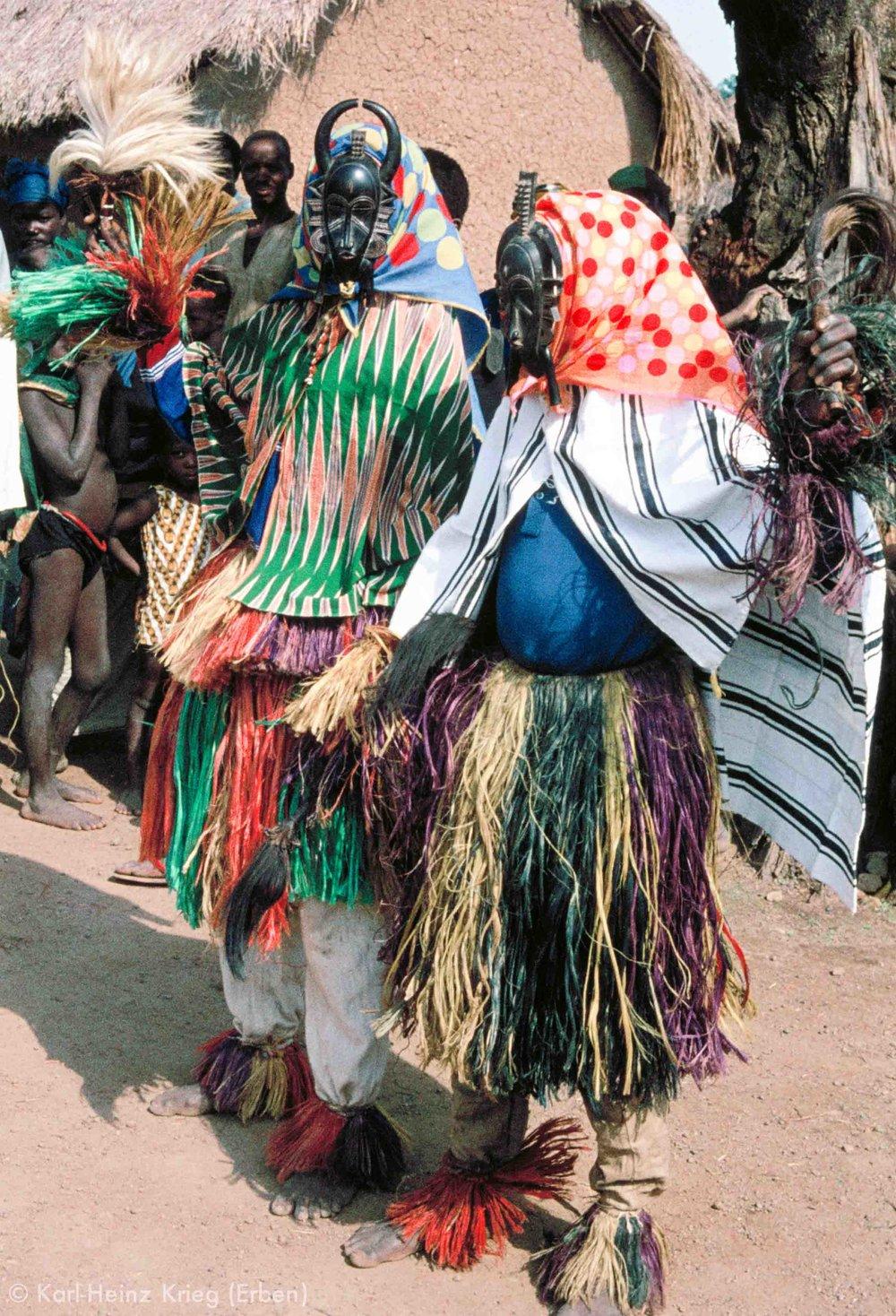 Maskentänzer mit Kpelié-Masken. Foto: Karl-Heinz Krieg, Yérétiélé(Region von Boundiali, Côte d'Ivoire), 1976
