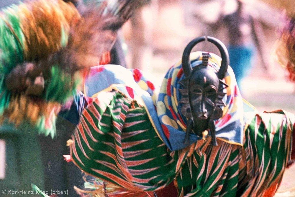 Maskentänzer mit einer vermutlich von Songuifolo Silué geschnitzten Maske. Foto: Karl-Heinz Krieg, Yérétiélé (Region von Boundiali, Côte d'Ivoire), 1976