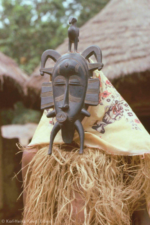 Maskentänzer mit Kpelié-Maske. Foto: Karl-Heinz Krieg, Niofoin (Region von Boundiali, Côte d'Ivoire), 1977-1979