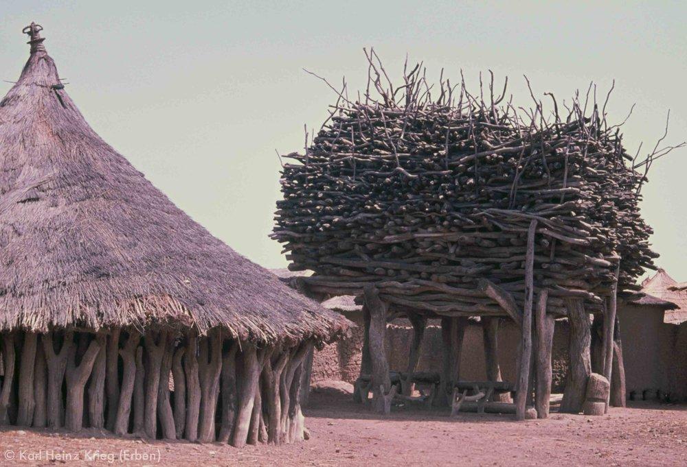 Männerhaus und Schattendach in Landiougou (Region von Boundiali, Côte d'Ivoire). Foto: Karl-Heinz Krieg, 1976