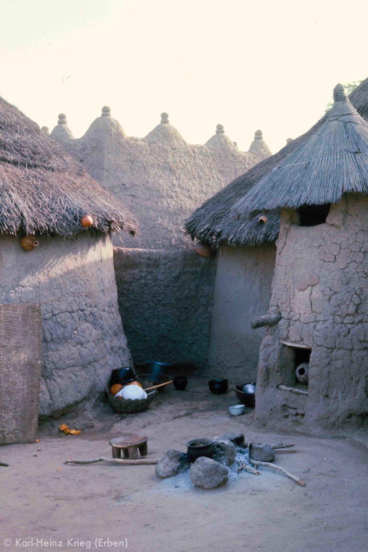 Kochstelle einer Familie in Débété (Region von Tengréla, Côte d'Ivoire). Foto: Karl-Heinz Krieg, 1976