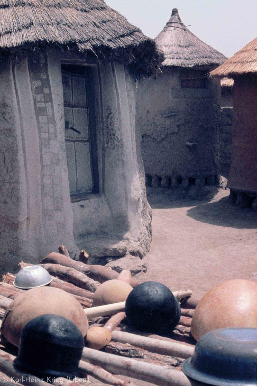 Bemalter Eingang eines Frauenhauses in Zélésso (Region von Tengréla, Côte d'Ivoire). Foto: Karl-Heinz Krieg, 1977-1979