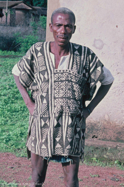 Fabric painter Tinnimpiénan Tuo with a shirt that he painted himself. Photo: Karl-Heinz Krieg, Sirasso (Boundiali region, Ivory Coast), 1976