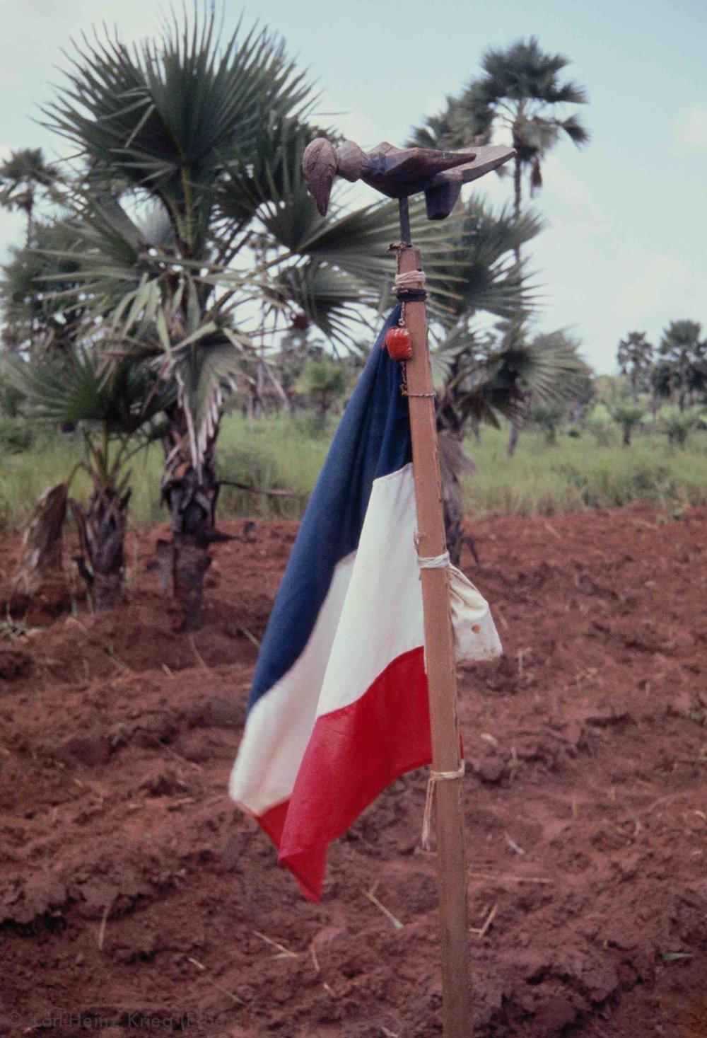 Trophäenstab (geschnitzt von Oueto Sourabie) bei den Turka-Bauern in Moussodougou. Foto: Karl-Heinz Krieg, Moussodougou (Region von Banfora, Burkina Faso), 1982