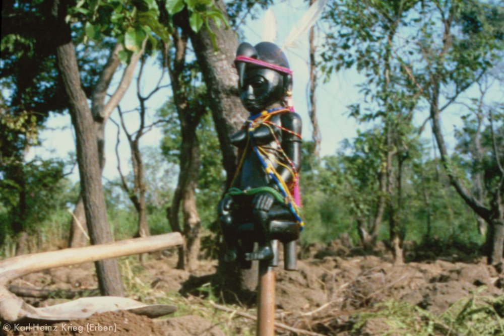Trophäenstab beim Ackerbau in Kounoumon. Foto: Karl-Heinz Krieg, Kounoumon (Region von Boundiali, Côte d'Ivoire), 1980