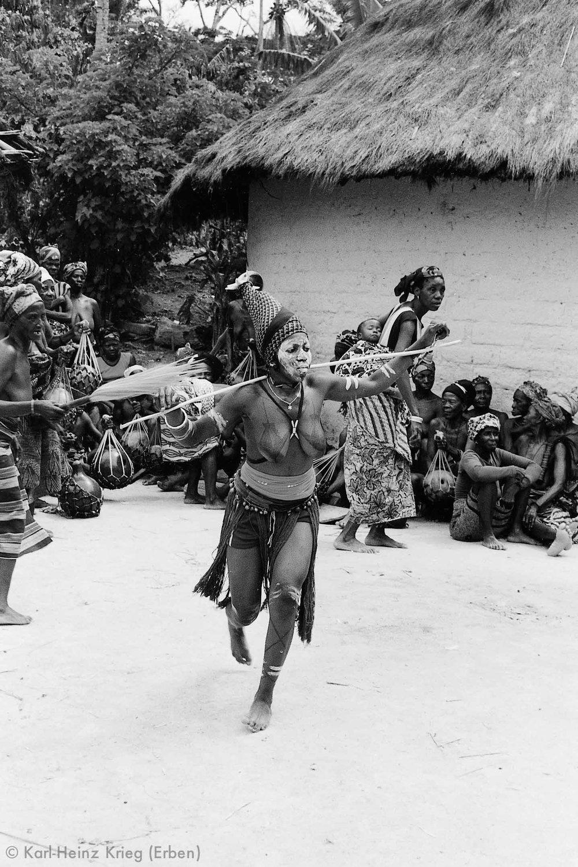 Tanzendes Mädchen mit bemaltem Körper. Foto: Karl-Heinz Krieg