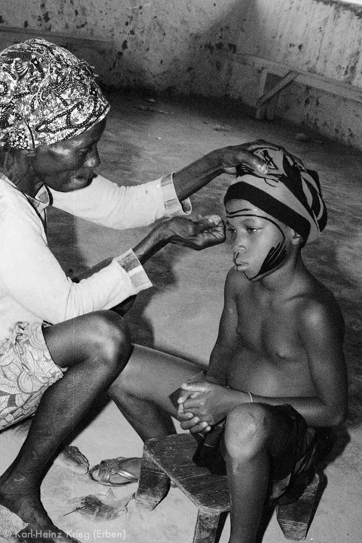 Mama Gaou bemalt Savo Onivogi. Foto: Karl-Heinz Krieg, Nyanguézazou (Guinea), 1987
