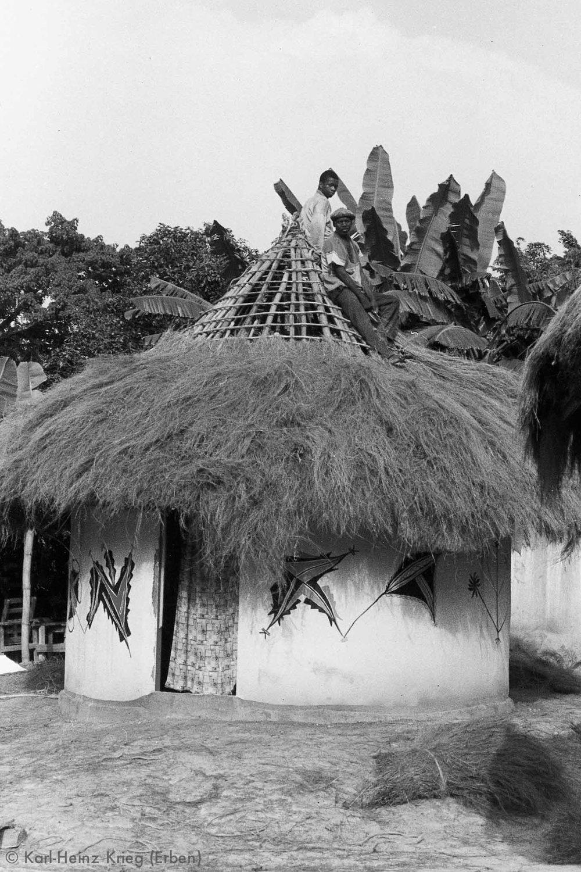 Haus von Karl-Heinz Krieg in Segbémé, bemalt von Kolouma Sovogi. Foto: Karl-Heinz Krieg, Segbémé (Guinea), 1996