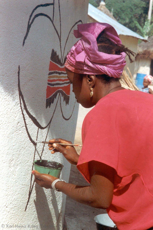 Kolouma Sovogi bemalt das Haus von Karl-Heinz Krieg in Segbémé. Foto: Karl-Heinz Krieg, Segbémé (Guinea), 1996