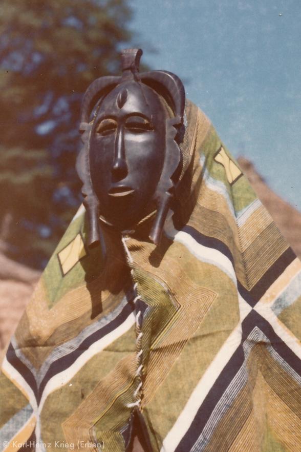 Maskentänzer mit Kpelié-Maske. Foto: Karl-Heinz Krieg, Nahou bei Mbala (Region von Sirasso, Côte d'Ivoire), ca. 1970