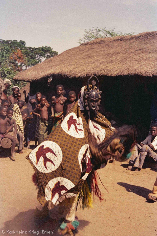 Maskentanz während einer Totenfeier in Poundiou. Foto: Karl-Heinz Krieg, Poundiou (Region von Boundiali, Côte d'Ivoire), 1966
