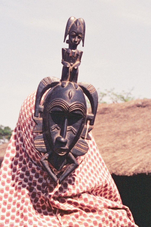 Maskentanz während einer Totenfeier in Poundiou. Der Tänzer aus Zangaha trägt eine von Karnigi Coulibaly geschnitzte Maske. Foto: Karl-Heinz Krieg, Poundiou (Region von Boundiali, Côte d'Ivoire), 1966