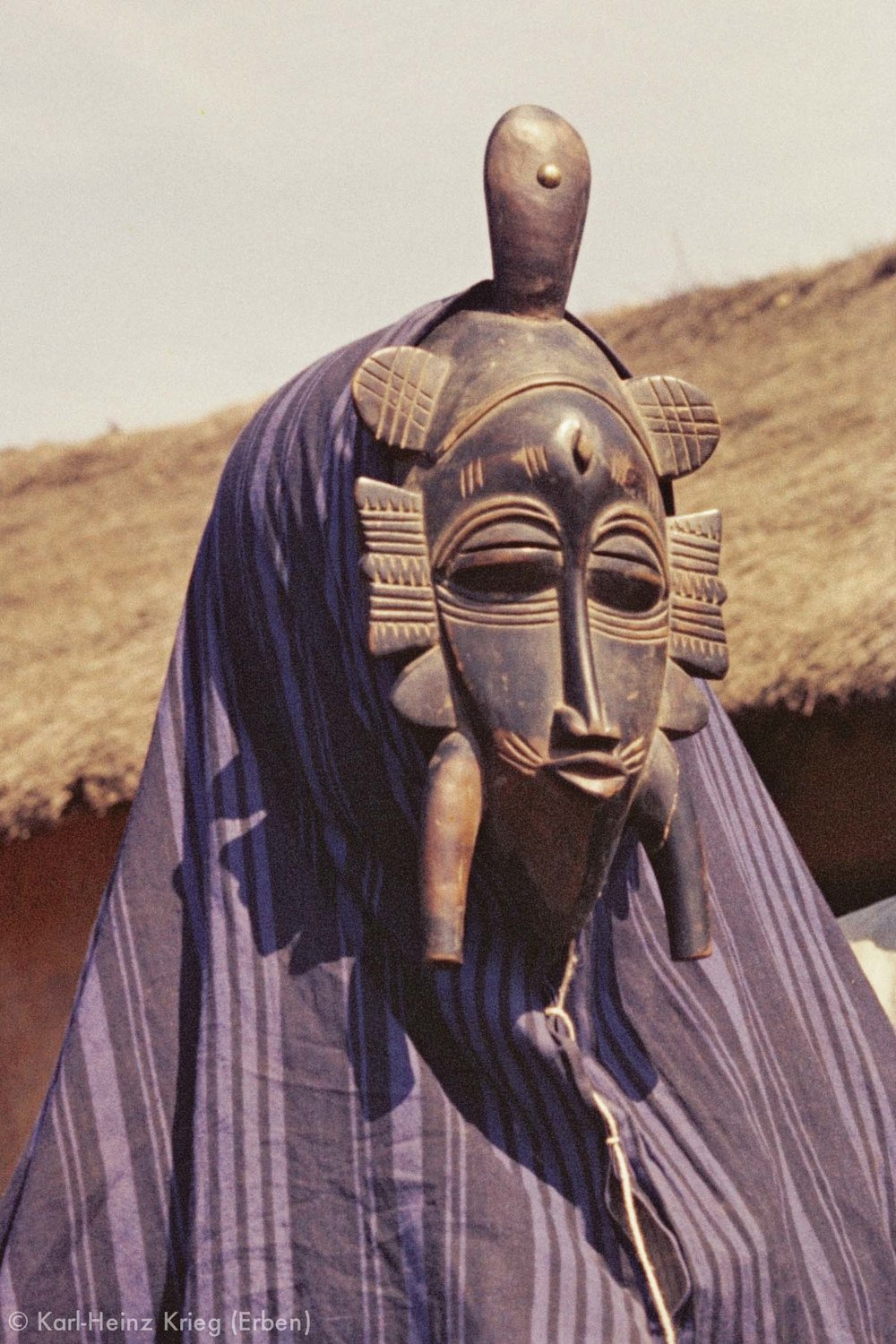 Dancer of the Senufo-group in Kolia wearing a mask carved by Kaparagnéné Koné. Photo: Karl-Heinz Krieg, between 1963 and 1974