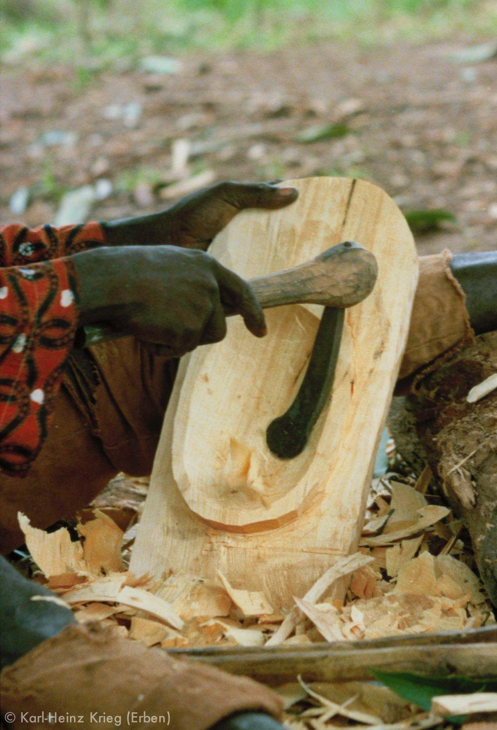 Sécondjéwin Dagnogo carving the back of the mask with an adze. Ziédougou (Region of Boundiali, Côte d'Ivoire), 1980.Photo: Karl-Heinz Krieg