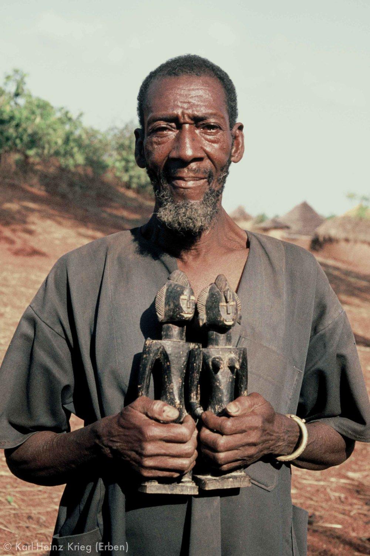 Dossounon Koné with a pair of figures made by him. Photo: Karl-Heinz Krieg, Odia (Region of Boundiali, Côte d'Ivoire), 1976