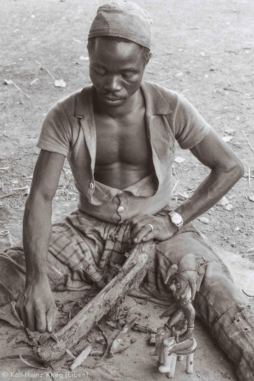 Sécondjéwin Dagnogo making red pigment from a tree root. Poundiou (Region of Boundiali, Côte d'Ivoire), 1975. Photo: Karl-Heinz Krieg