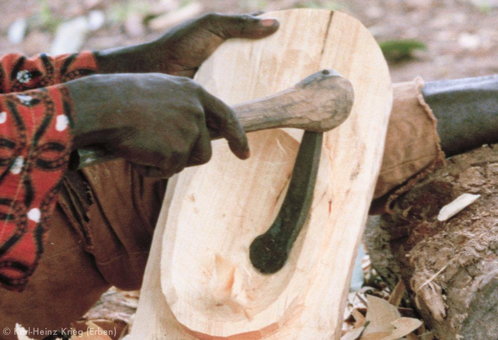 Sécondjéwin Dagnogo carving the back of the mask with an adze. Ziédougou (Region of Boundiali, Côte d'Ivoire), 1980. Photo: Karl-Heinz Krieg