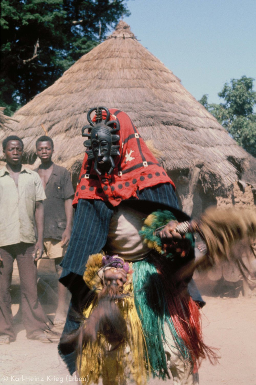 A masked dancer at a funeral in Yérétiélé. The mask, known as k odaliyèhè  was carved by Sécondjéwin Dagnogo. Yérétiélé (Region of Boundiali, Côte d'Ivoire), 1976.Photo: Karl-Heinz Krieg