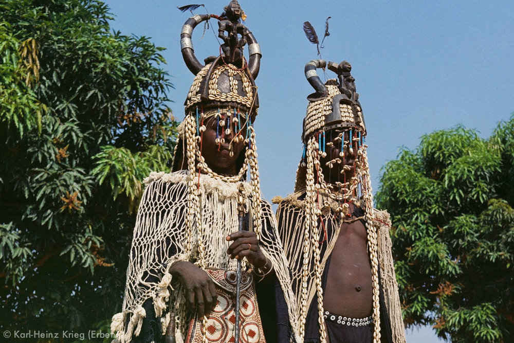 Maskenkostüme in der nördlichen Elfenbeinküste