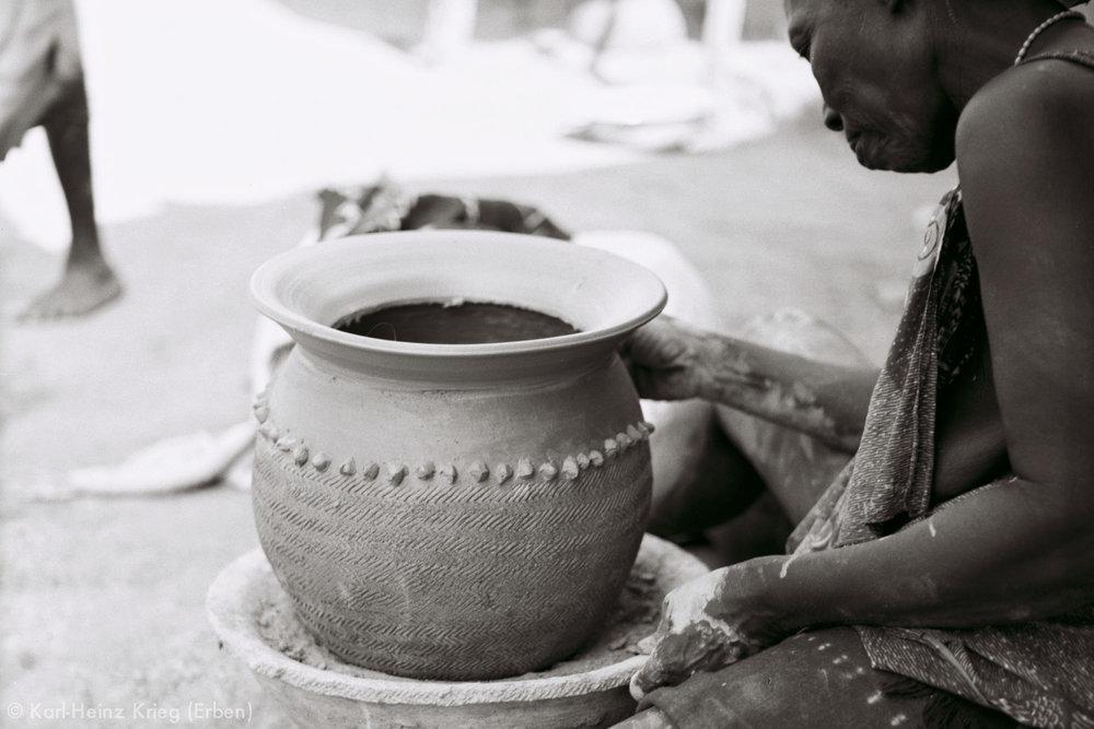 Numu-Töpferin fertigt ein Tongefäß. Foto: Karl-Heinz Krieg, Gbon (Region von Boundiali, Côte d'Ivoire), 1965