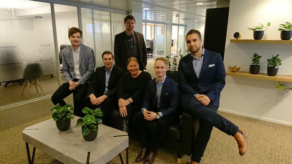 Kuvassa vasemmalta opiskelijat Henrik Harjula, Joni Ikonen,Benjamin Johansson ja Sebastian Hanelius ja keskellä Springvestin toimitusjohtaja Terhi Vapola. Takana professori Jari Melgin Aalto-yliopistosta.