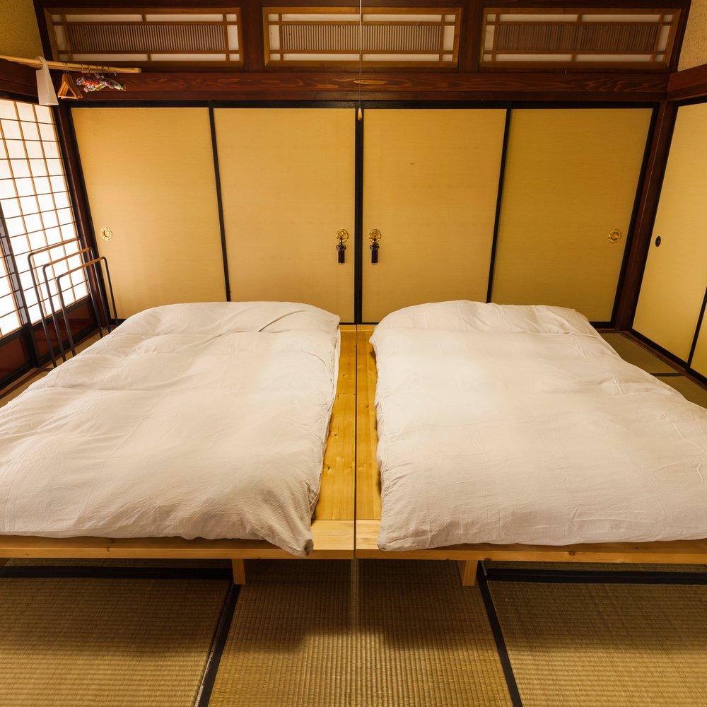 寝室 /BEDROOM ダブルベッドを2台備えています。ご宿泊の人数に応じてお布団で雑魚寝も可能です。ご予約時にご希望をお伝えください /Two double beds equipped. Futons are also available depending on the number of guests.