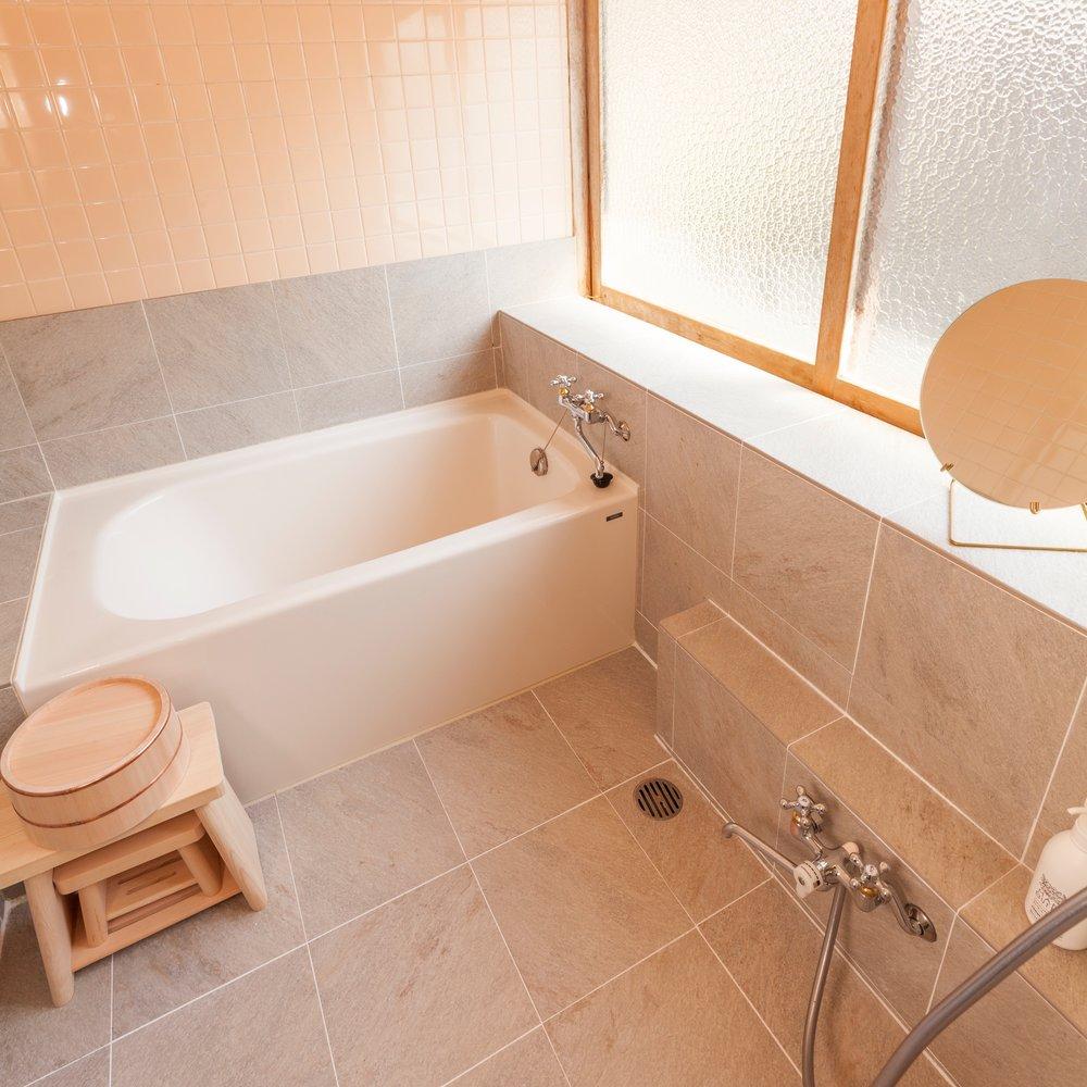 浴室 /BATHROOM こじんまりとした家庭用の浴室です。車で10分ほどの場所にある「天然ラドン温泉 門前じんのびの湯」(午後9時まで)もご利用いただけます/ A family bathroom. A natural hot spring (onsen) located 10 minutes drive is also available until 9:00 pm.