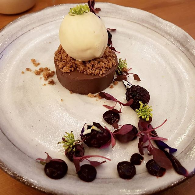 @figbarnorwich did it again. Chocolate orange delice, fennel crumble, blackberry gel, fennel flowers and hay milk ice cream. Incredible flavours. I reviewed Figbar earlier in the year at www.nomeanfeast.co.uk * * * #eatfamous #eatwell #goodfood
