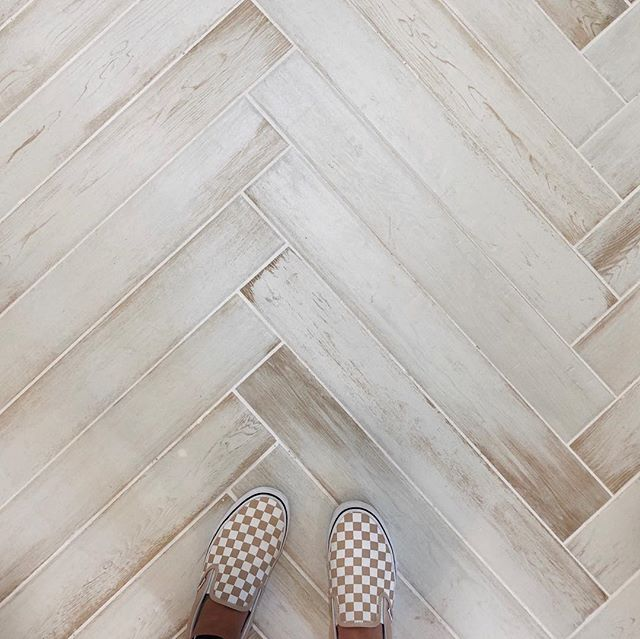 Come by for yourself and say hello to this herringbone tile entry, it's even better in person! #bridgewayhomesokc • • • • #newhome #homebuilder #buildersofinsta #herringbonetile #homedesign #newconstruction