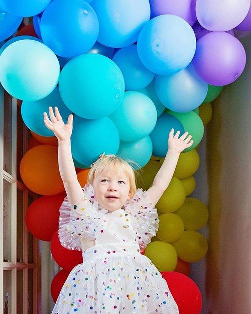 The Easiest DIY Rainbow Balloon Arch