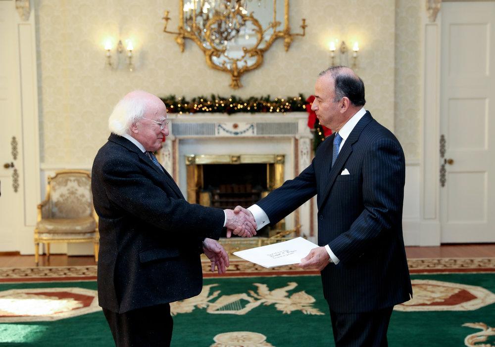 Ambassador De la Puente presenting credentials to President of Ireland, Michael D. Higgins.