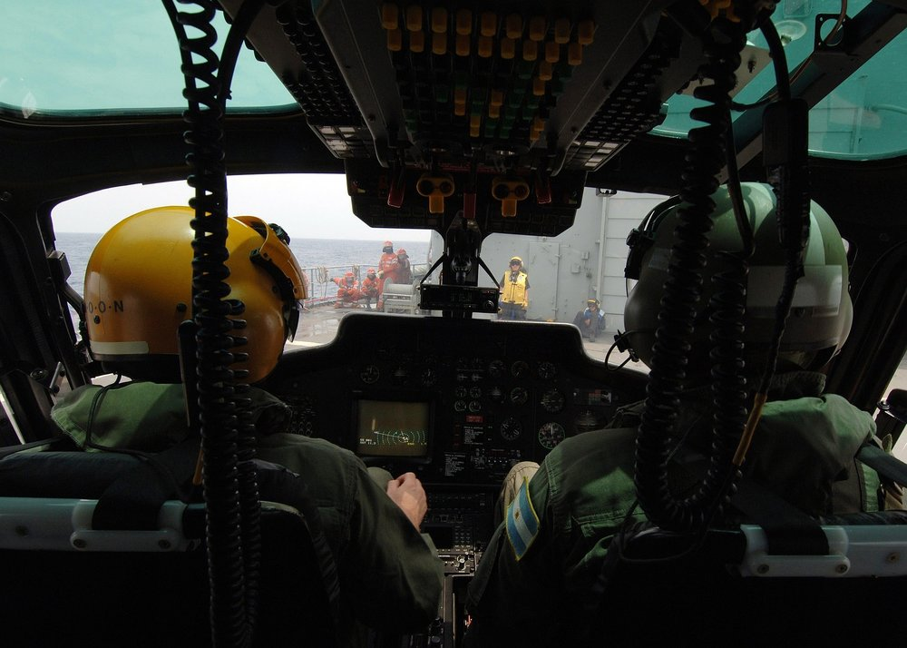 helicopter-pilots-558068_1920.jpg