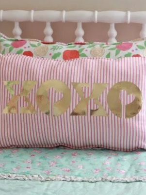 Best Cricut Projects-XOXO pillow-Everyday Jenny.JPG