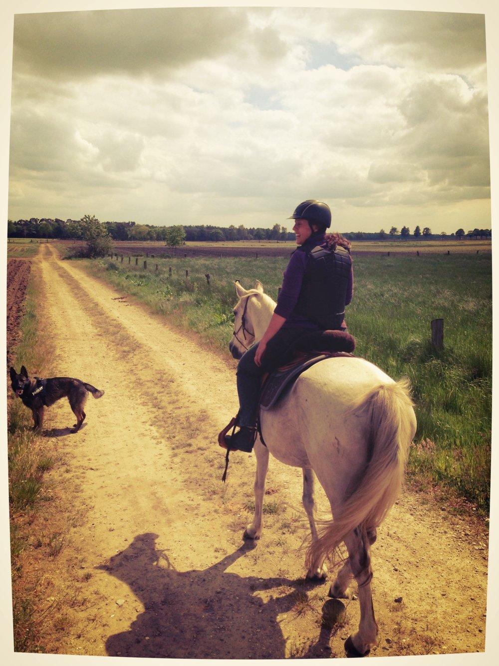 Ik wil anders - Naast de saaie rondjes in de manege reed ik in het weekend samen met een vriendin geweldige buitentochten op haar paarden. En af en toe ging er een vriendin van haar mee. Ik vertelde wat er was gebeurd in de manege en dat ik niet meer wilde paardrijden op die manier. Die vriendin-van-de-vriendin vertelde me dat ik eens naar Parelli moest surfen. Dat was een openbaring! En een paar maanden later ontdekte ik de Two Lazy Seven Ranch. En mijn avontuur in de Natural Horsemanship was begonnen...en nu zou ik niet anders dan anders willen!Ondertussen heb ik inmiddels een eigen paddock paradise uitgebouwd waar het welzijn van het paard centraal staat.
