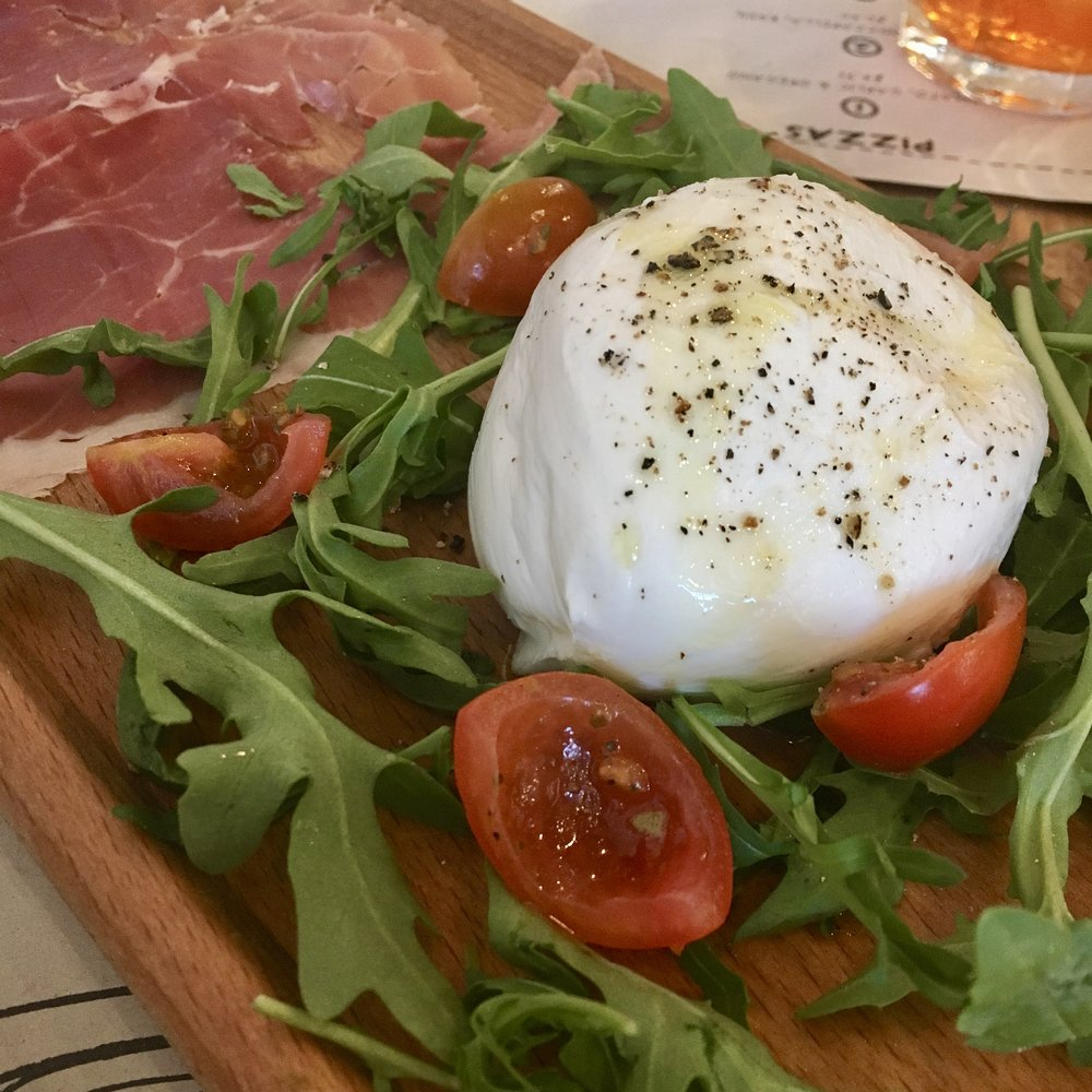 Mozzarella with rocket salad, Garlic bread. Italian food - restaurant review.