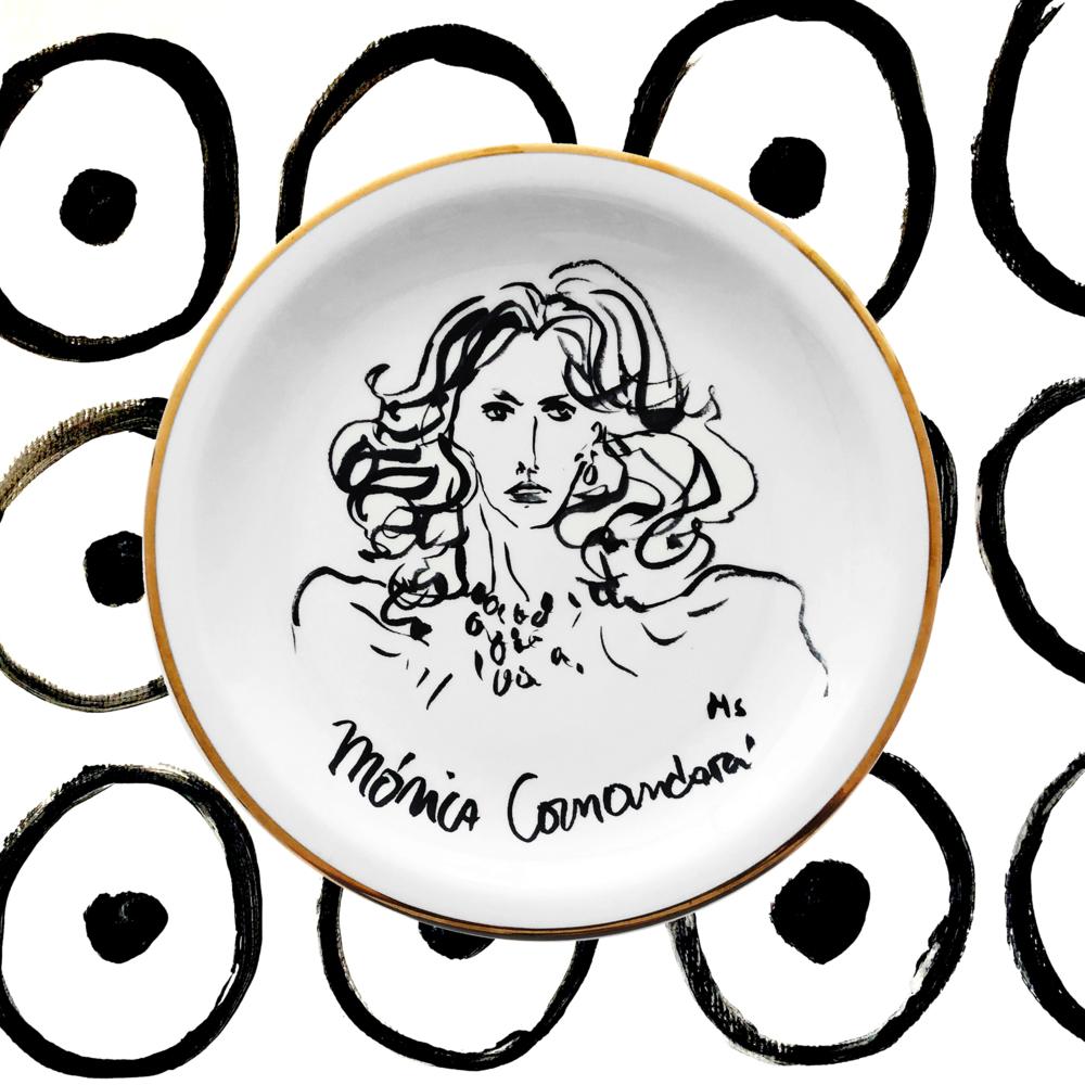 Mónica Comandari - Fundadora de revista COSAS en 1976, Mónica trajo la cultura del papel couché a Chile, publicando historias de realeza y el jet set internacional. En Santiago fue anfitriona de figuras como Nureyev, Bernard Lanvin y Hillary Clinton. Su afición por la alta costura y la alta joyería es bien conocida.