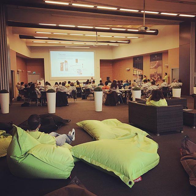 Oggi primo giorno di hackathon aziendale, in cui gli innovatori sviluppano delle idee di innovazione da portare sul mercato!💡 .  #hackathon #innovation #innovazione #workshop #leanstartup #speech #thedoers #thedoersintrasferta #innovation