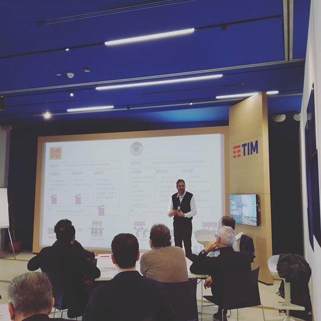 Oggi alla terza edizione di #TheNextCurve @cosimo.panetta ci spiega come cavalcare la prossima curva tecnologica e non essere vittime della disruption. 📖🚀 . #TheDoers #thedoersintrasferta #workshop #event #innovazione #innovation #tnc #disruption