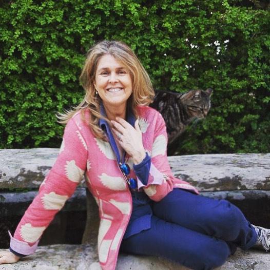 Uno scatto rubato preludio di una bellissima intervista di cui presto saprete di più! Ed un nuovo amico che fa capolino... Buongiorno!! • • • #mariarenataletoqueenbee #whataday#pic#happymoment #happiness#cats