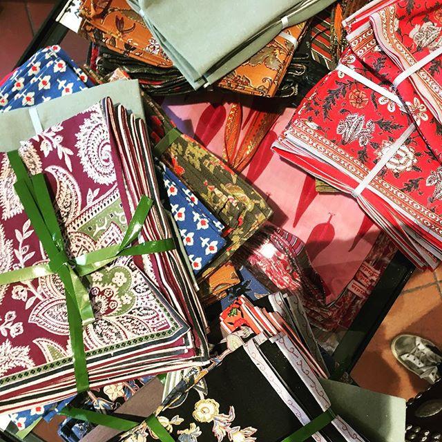 Queenbee goes around!!! And I found those incredible napkins..... @fabindiaroma is an amazing place!!! Stupendi da mixare, li avrei comprati tutti! • • • #mariarenatagoesaround#rome #secretplace #napkin #clothes #india #beautifulplace