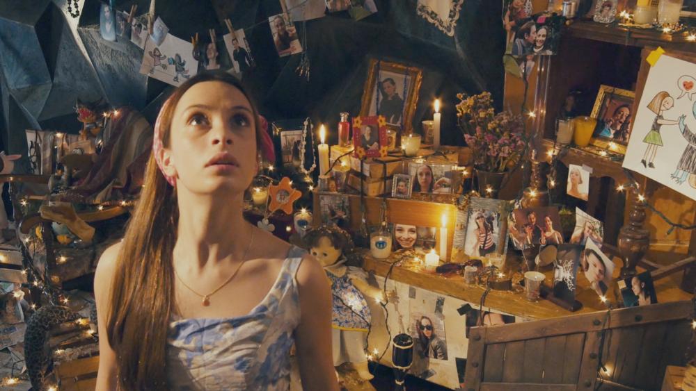 La chica en el altar del Monstruo de la Memoria