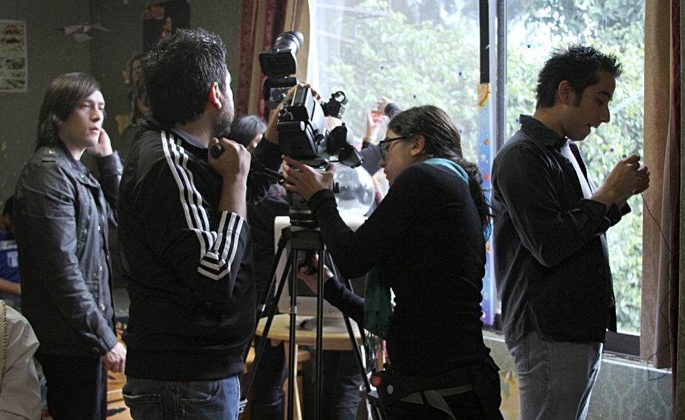 """Arturo """"Vonno"""" Ambriz y el equipo preparándose para rodar."""