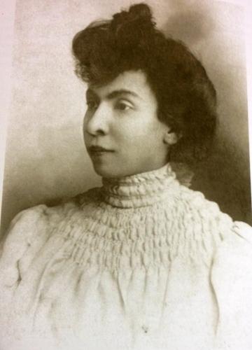Zoila Ugarte de Landívar, fundadora de la revista La Mujer. Escritora, periodista, feminista, madre y esposa. El nombre de este medio es un homenaje a ella.
