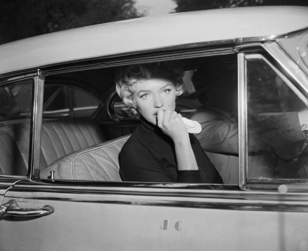 Marilyn Monroe, el día que anunció su divorcio con Joe DiMaggio, escapando del acoso de la prensa