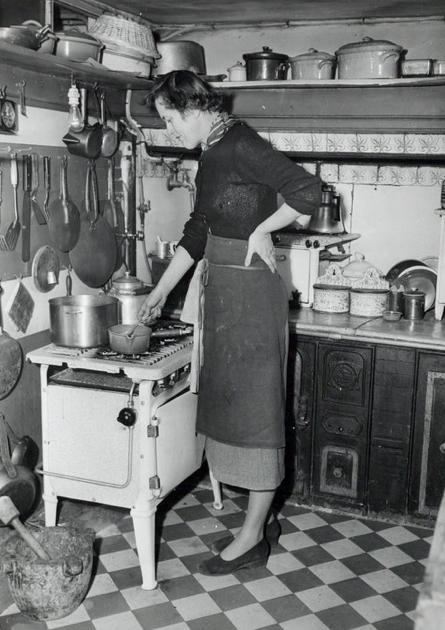 Julia Child, en su pequeñísima cocina en París